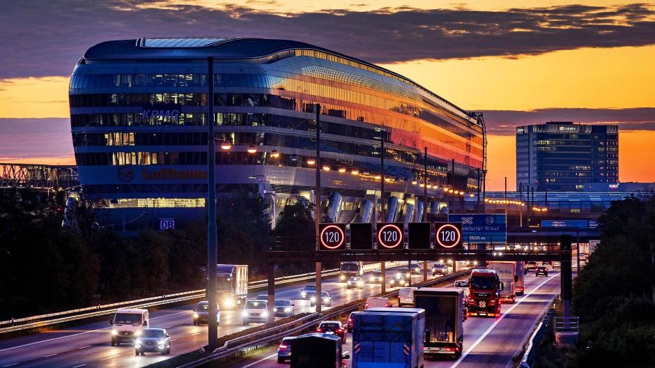 """Viel Wert: Das Bürohaus """"The Squaire"""" am Frankfurter Flughafen ließ sich ein Unternehmen fast eine Milliarde Euro kosten."""