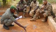 Ein Ausbilder der Bundeswehr bespricht mit malischen Soldaten eine Einsatzstrategie.