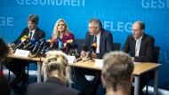 Das neues Coronavirus hat Deutschland erreicht, sagt der Präsident des Bayerischen Landesamts für Gesundheit und Lebensmittelsicherheit, Andreas Zapf (2.v.r.), am Dienstag in München.