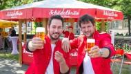 """Prost!: Adrian Draschoff (links) und Matthias Piegsa, die Gründer, Macher und Erfinder von """"Schädelbräu"""