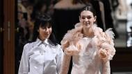 Weiß wie die Unschuld: Bouchra Jarrar mit Model Vittoria Ceretti