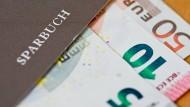 Prämiensparvertrag gekündigt: Wie kann man sich als Bankkunde wehren?
