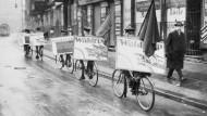 """""""Wählt USPD"""" - Parteimitglieder im preußischen Landtagswahlkampf 1921. Nach ihrer Gründung 1917 existierte die USPD bis 1931."""