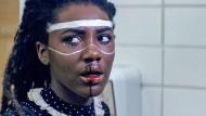 Jennifer Reeder setzt in ihren Filmen der Teenagerzeit ein Denkmal, mit Blut ebenso wie mit Schminke.
