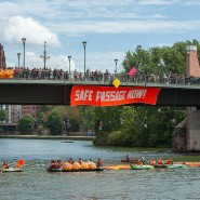 """Demonstranten der """"Seebrücke"""" blockierten Anfang August den Main und die Alte Brücke. (Symbolbild)"""