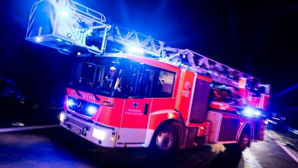 Junger Mann stirbt bei Autounfall –  Lagerhalle brennt