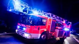 Lagerhalle brennt in Neuhof – Junger Mann stirbt bei Autounfall