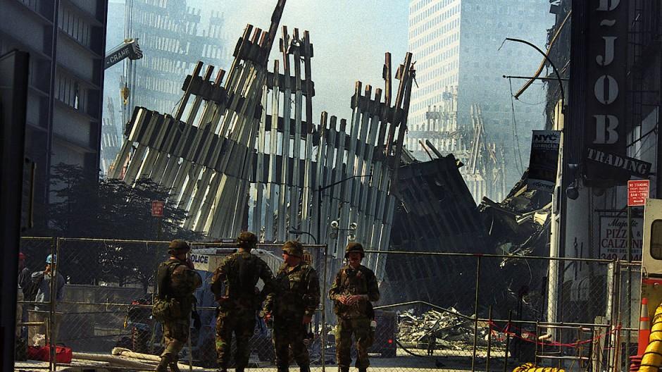 Die Stahlgerippe der Zwillingstürme ragen noch lange in den Himmel, wie ein seltsames Mahnmal für diesen zerstörerischen Tag.