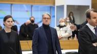 Rupert Stadler (Mitte) am Dienstagmorgen im Gerichtssaal in der Justizvollzugsanstalt Stadelheim in München.