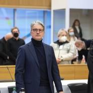 Rupert Stadler (Mitte) am Dienstagmorgen im Gerichtssaal in der Justizvollzugsanstalt Stadelheim in München