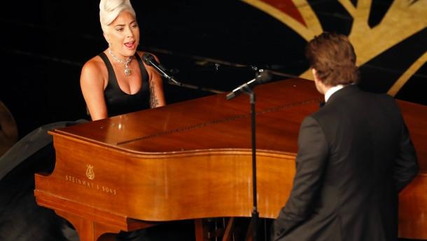 Immerhin saß Lady Gaga am Klavier