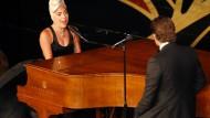 Wer A Star is born gesehen hat, wusste: Der Auftritt von Lady Gaga und Bradley Cooper könnte einer der großen Hollywood-Momente dieser Oscarverleihung werden. Und man lag nicht verkehrt, das war schon klar, als sie an der Hand von Cooper zum Flügel schwebte, um Shallow zu singen. Dafür gab's dann auch den Oscar.