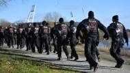 Polizisten auf dem Weg zum Einsatz beim Derby Werder Bremen gegen Hamburger SV