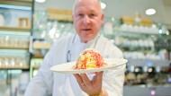 Dario Fontanella mit einem Spaghetti-Eis in seiner Eisdiele. Heute wird seine Erfindung 50.