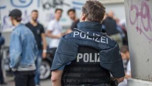 Polizeianwärter wegen Waffenbesitzes bei Randale suspendiert