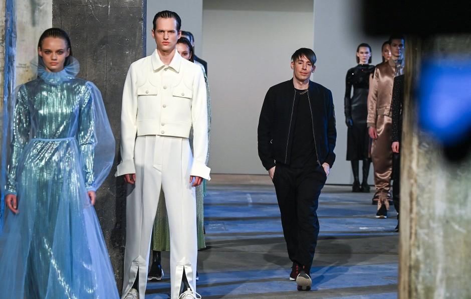 Von Jogginghosen, oder Loungewear ist auch bei Designer Kilian Kerner nicht viel zu sehen.