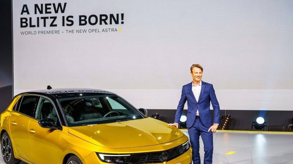 Gutes aus Rüsselsheim: Opel-Deutschlandchef Uwe Hochgeschurtz präsentiert den neuen Astra Hybrid.