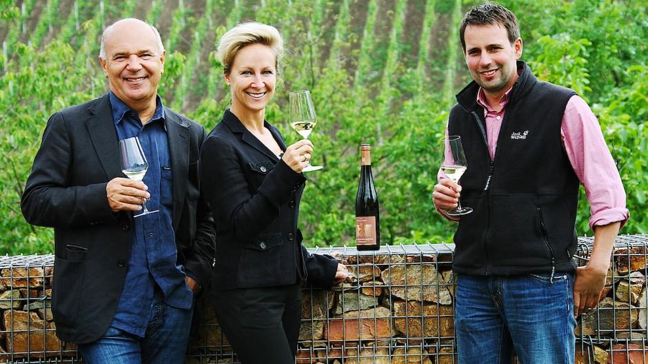 Winzer Karsten Peter vom Gut Hermannsberg, hier mit Dr. Christine Dinse und Jens Reidel.