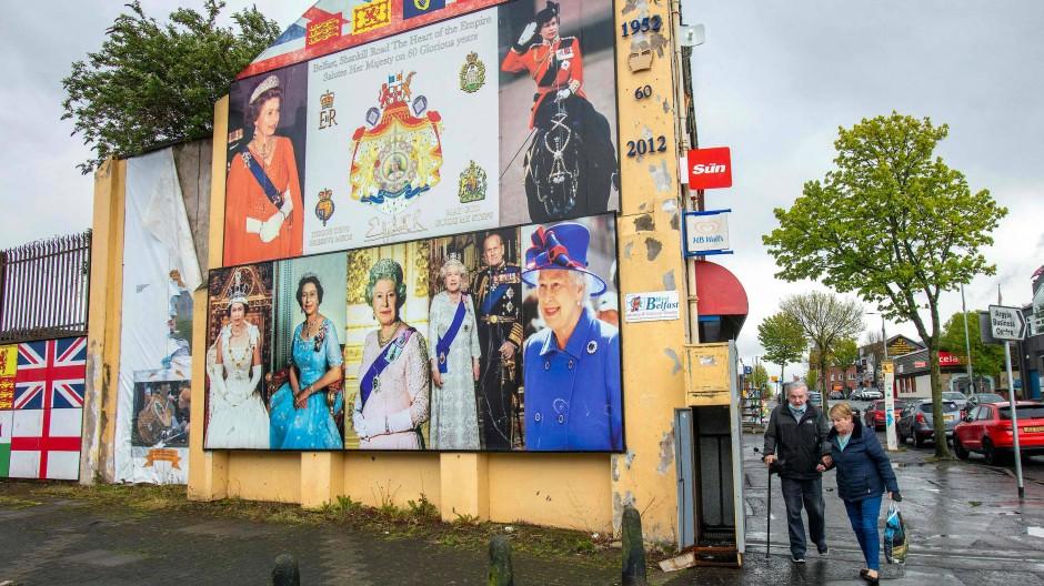 Die Queen und der Union Jack sind im Stadtbild der nordirischen Hauptstadt präsent. Die Spannungen in der Bevölkerung reißen nicht ab.