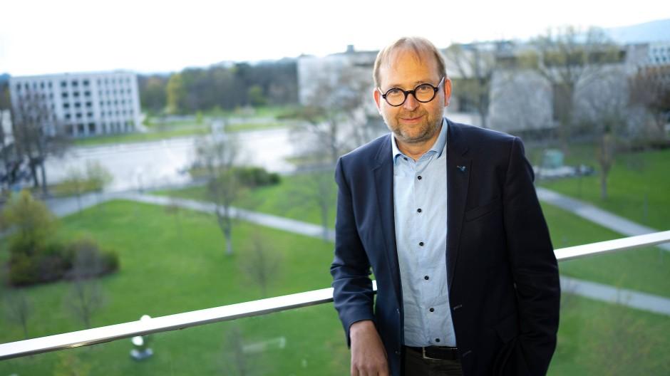 Mag den Blick ins Grüne: Der 49 Jahre alte Biologe Enrico Schleiff leitet die Goethe-Universität seit Anfang Januar.