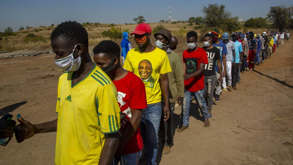 Menschen, die negativ auf das Virus getestet wurden, bekommen in Pretoria semi-permanente Tinte aufgetragen.