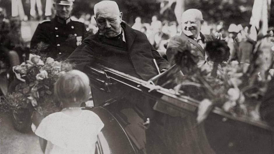 Bad in der Menge: Präsident Paul von Hindenburg bei der Feier zur Räumung des Rheins 1930.