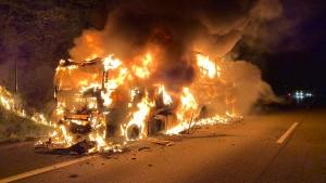 Sattelzug brennt auf A7 aus