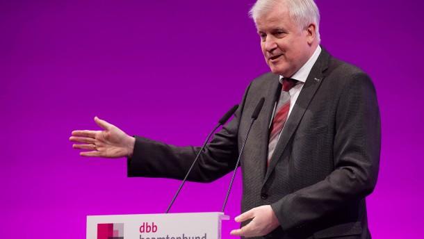 Seehofer scherzt beim Deutschen Beamtenbund