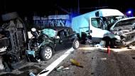 Schwerer Unfall auf der A5: Gaffer behindern die Arbeit der Rettungskräfte.