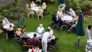 Rundum Betreuung: Was ist die Altenpflege wirklich wert?