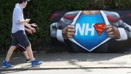 National Health Superman: das englische Gesundheitssystem wird von vielen Brite glorifiziert.
