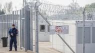 """Berichte von Misshandlungen gegen Wehrlose: Ungarischer Polizist an der """"Transitzone"""" bei Tompa"""