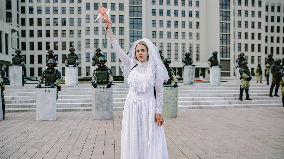 Symbolfarbe Weiß: Eine junge Demonstrantin in Minsk wählte ein Brautkleid als Zeichen gegen die staatliche Gewalt.