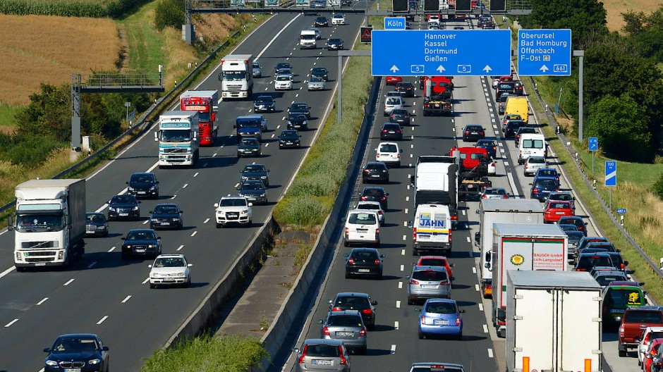 Vollgestopft: Auf der A 5 staut sich der Verkehr regelmäßig wegen der vielen Pendler (Symbolbild).