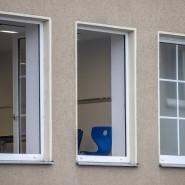 Blick durch das geöffnete Fenster in einen Klassenraum der Karl-Rehbein-Schule in Hanau