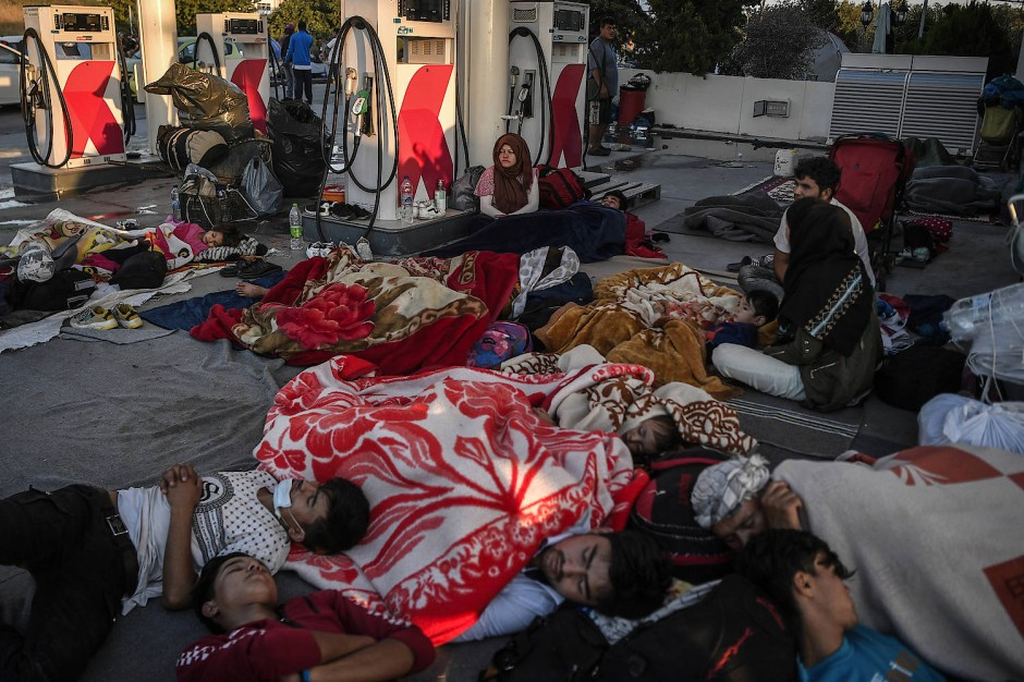 Obdachlose Migranten und Flüchtlinge schlafen an einer Tankstelle, nachdem ein Feuer Griechenlands größtes Flüchtlingslager Moria auf der Insel Lesbos zerstört hat.
