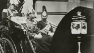 Englands König Georg V. (l.) und sein Cousin, Kaiser Wilhelm II. 1913 in Berlin. Um seine deutschen Wurzeln vergessen zu machen, änderte der König 1917 seinen Familiennamen.