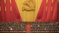 Ohne Theorie ist alles nichts: Xi Jinping sitzend in der Mitte des 19. Parteitags.
