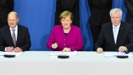 Bei der Unterzeichnung des Koalitionsvertrags: Angela Merkel (CDU), Horst Seehofer (CSU) und Olaf Scholz (SPD) im Paul-Löbe-Haus.