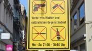 Klare Ansage: Wer mit Baseballschläger oder einer Beretta durch Wiesbaden spazieren will, sollte dies vor neun Uhr abends erledigen.