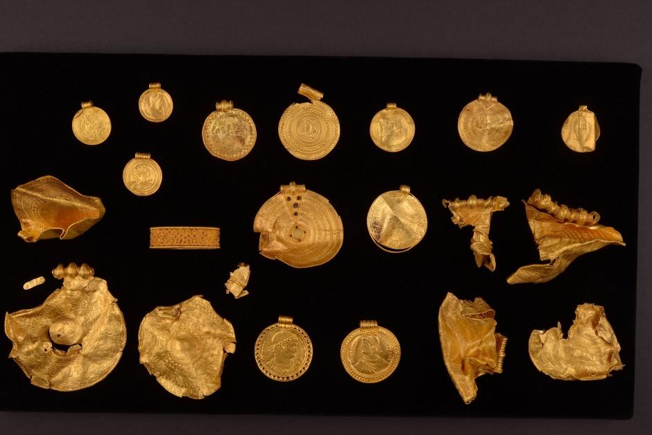 Der 22-teilige Goldschatz soll ab dem 3. Februar 2022 in Vejle ausgestellt werden.