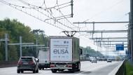 Der E-Highway wird auf der insgesamt 10 Kilometer langen Teststrecke zwischen den Anschlussstellen Langen/Mörfelden und Weiterstadt erstmals im öffentlichen Straßenverkehr erprobt.