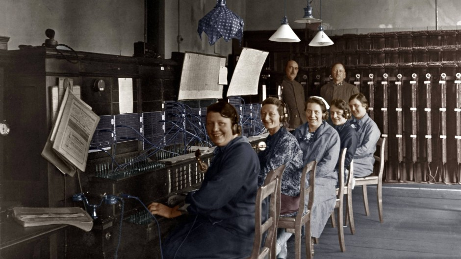 """Die """"Fräuleins vom Amt"""" posieren für eine Aufnahme um 1925 (digital koloriert)."""