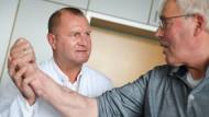 Michael Sauerbier, Chefarzt der Abteilung für Plastische, Hand- und Rekonstruktive Chirurgie, begutachtet einen Patienten.