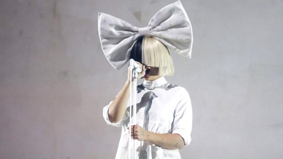 """Die australische Sängerin und Songwriterin Sia gibt mit """"Music"""" ihr Debüt als Regisseurin."""