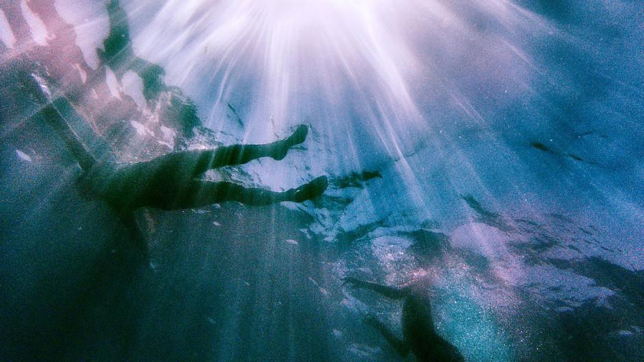 Unbeschwert im kühlen Wasser treiben - der Fotograf Oliver Rüther hat aus diesem Gefühl eine Fotoserie gemacht.