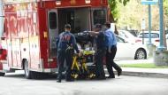 Rettungskräfte bringen einen Verletzten ins Broward Health Trauma Center in Fort Lauderdale.