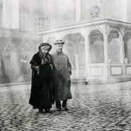 Um 1920: Cosima Wagner mit Sohn Siegfried vor dem Kriegerdenkmal in Bayreuth.
