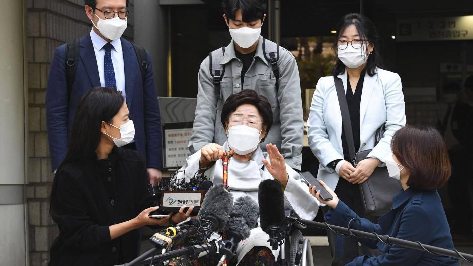 """Lee Yong Soo (Mitte), eine von 15 Überlebenden von der südkoreanischen Regierung anerkannten ehemaligen """"Trostfrauen"""", die während des Krieges zur Arbeit in Japans Militärbordellen gezwungen wurden, am Mittwoch vor der Presse."""