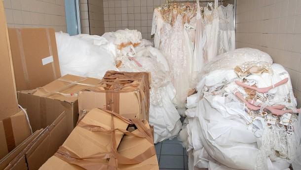 Ermittler finden über 300 Brautkleider am Düsseldorfer Hafen